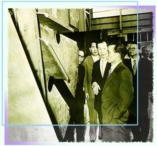 70년대 중엽 현대조선소를 참관하는 박정희 대통령과 함께 한 정주영